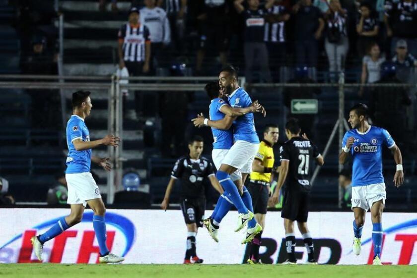 Jugadores de Cruz Azul celebran una anotación ante Monterrey durante un partido de la jornada tres del Torneo Clausura del fútbol mexicano realizado en el Estadio Azul, en Ciudad de México (México). EFE
