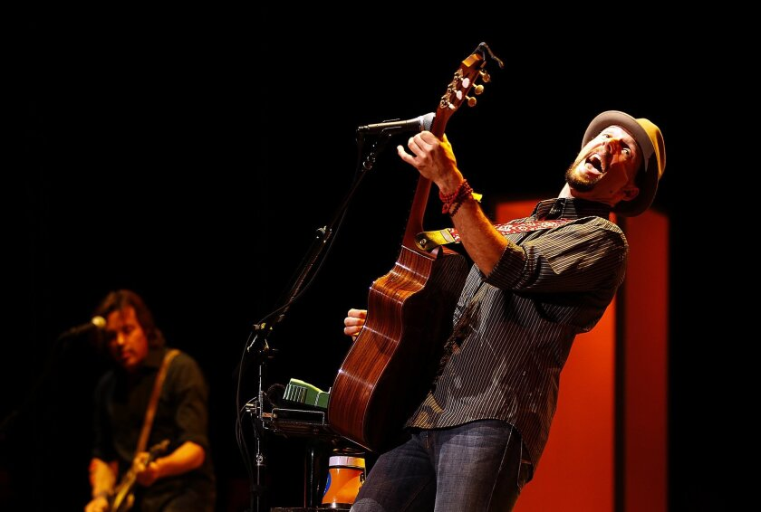 Oceanside resident Jason Mraz reached out to thousands of area fans who turned out for his tour stop at Cricket Wireless arena.