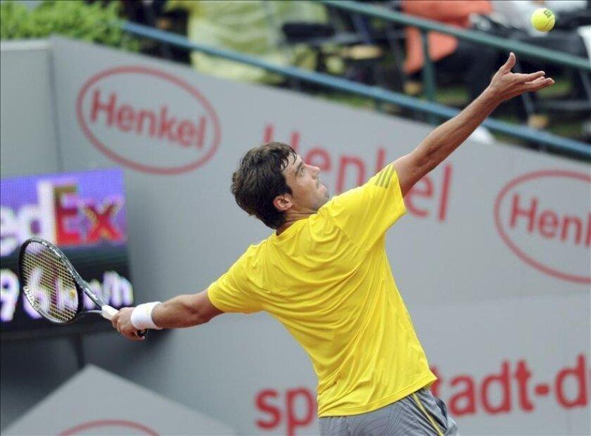El argentino Guido Pella saca una bola durante el partido ante el serbio Janko Tipsarevic. EFE