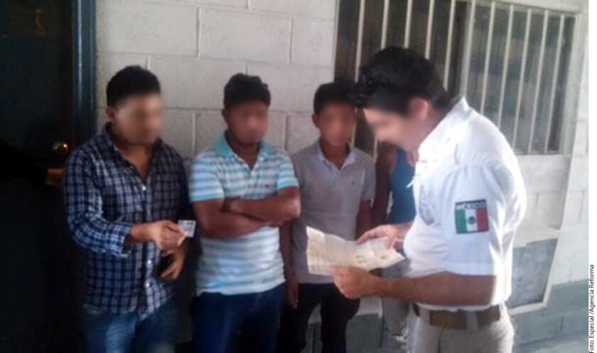 Agentes de la Policía Estatal Preventiva (PEP), con apoyo del Instituto Nacional de Migración (INM), rescataron a 59 personas originarias de Guatemala que estaban encerradas en un inmueble de la zona centro.