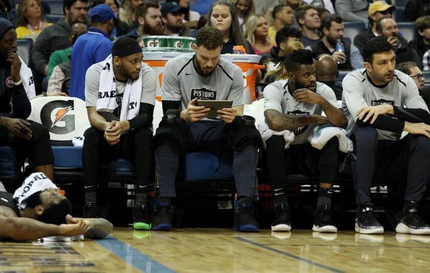 Blake Griffin (c) de Detroit Pistons mira un iPad mientras su compañeros observan el juego ante Memphis Grizzlies, en el FedExForum, en Memphis, Tennessee (EE. UU.). EFE/Archivo