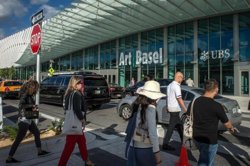 Personas llegan hoy a la inauguración oficial al público de la feria Art Basel en el Centro de Convenciones de Miami Beach, Florida (EE.UU.). EFE