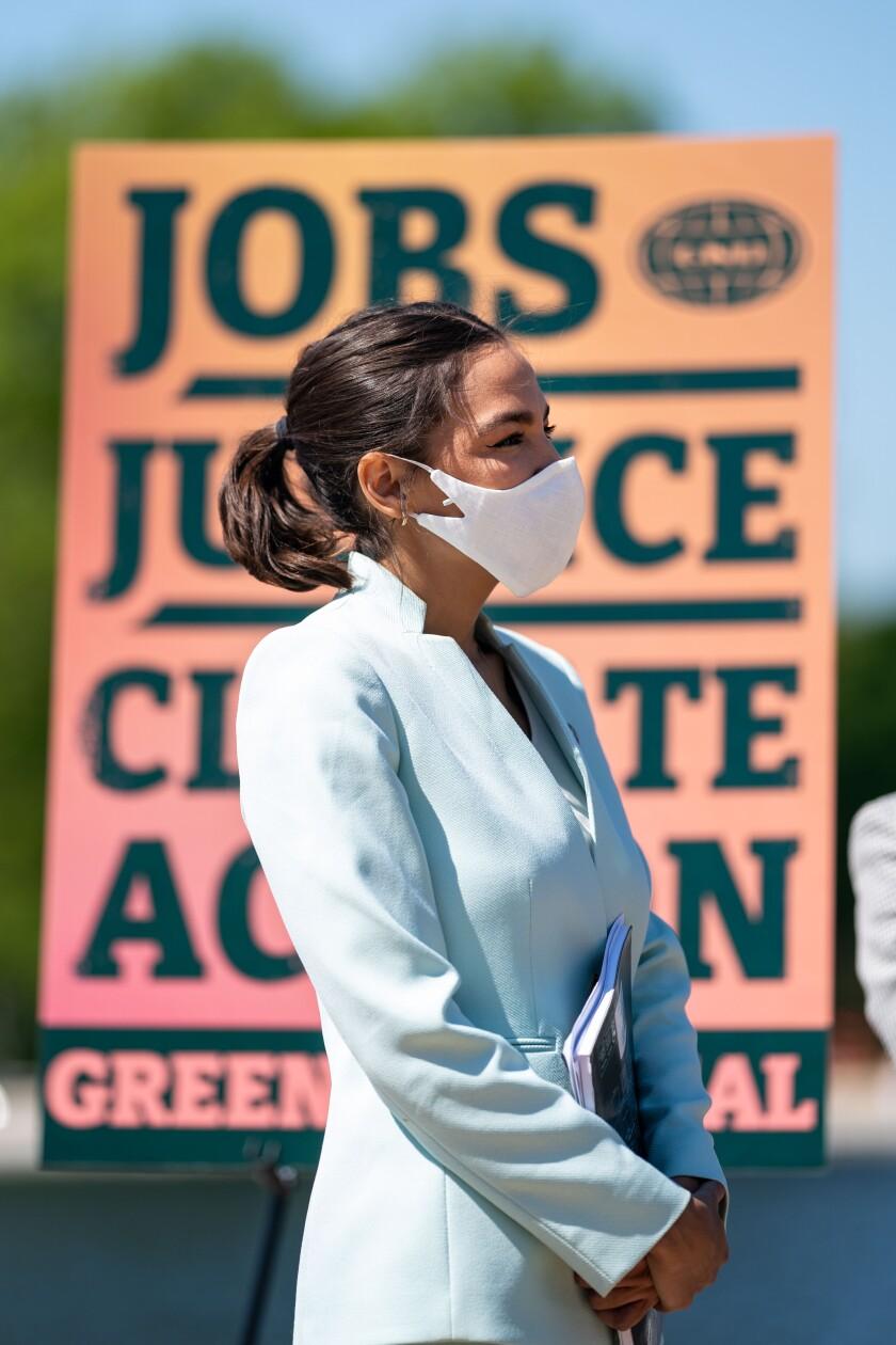La representante Alexandria Ocasio-Cortez (D-NY) asiste a una conferencia de prensa