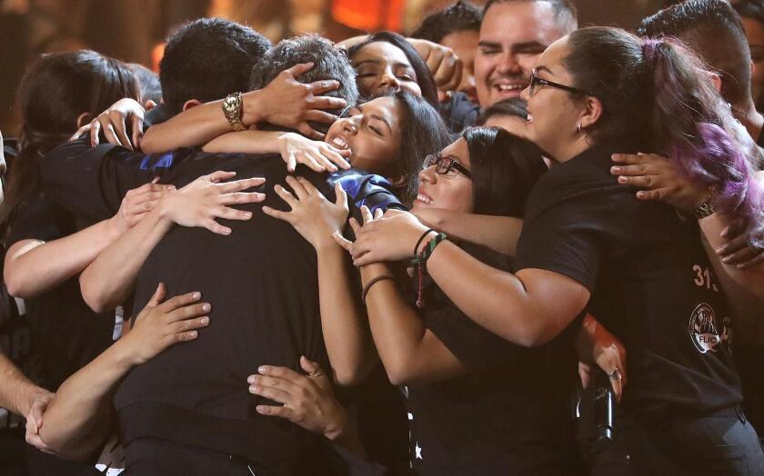Un grupo de 'Dreamers' abraza a Alejandro Sanz después de su presentación.