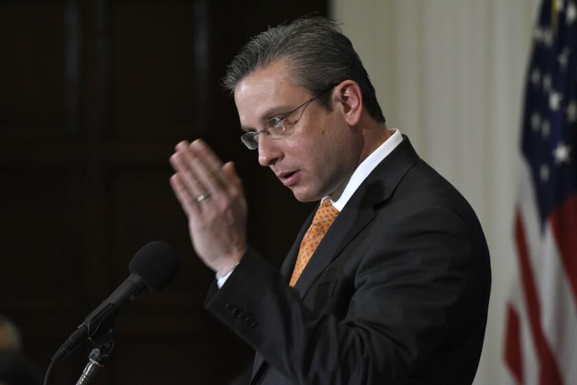 ARCHIVO - En esta fotografía de archivo del 16 de diciembre de 2015, el gobernador puertorriqueño Alejandro Javier García Padilla habla en un almuerzo en el National Press Club en Washington. (Foto AP/Sait Serkan Gurbuz, archivo)