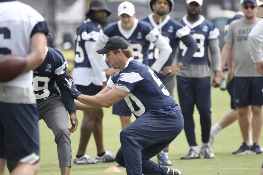 Stan Lee works on a drill with teammates at Cowboys camp