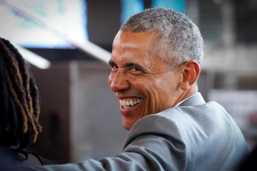 El expresidente estadounidense Barack Obama sonríe mientras asiste a la ceremonia de bienvenida del Centro de Formación Profesional y Deportiva Sauti Kuu en Kogelo, el pueblo de sus antepasados, a unos 400 kilómetros de Nairobi (Kenia). EFE/Archivo