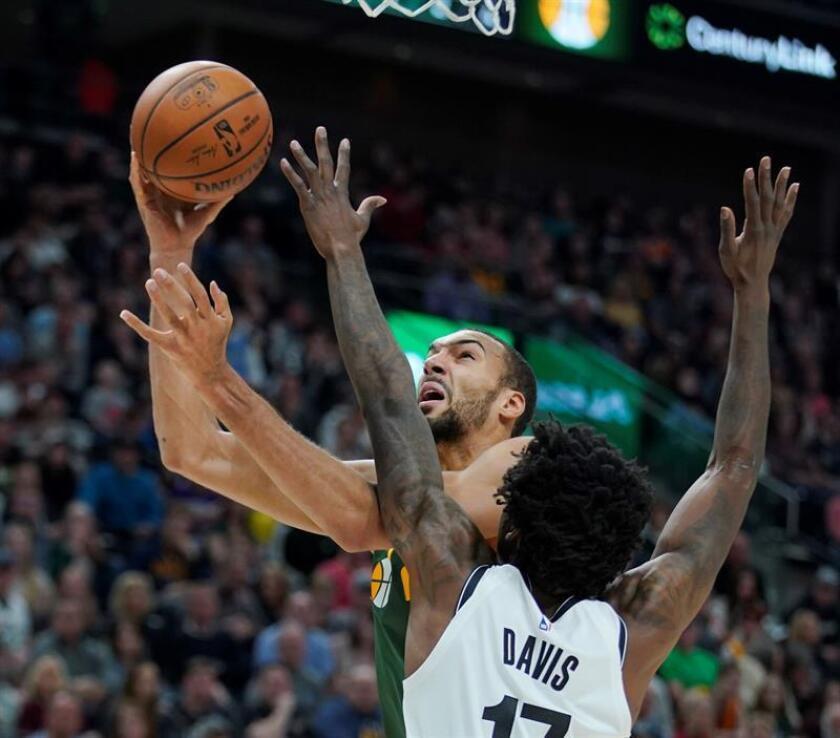 El jugador Rudy Gobert (c) de Utah Jazz en acción ante la defensa de Ed Davis (dcha) de Brooklyn Nets durante un partido de la NBA entre Utah Jazz y Brooklyn Nets disputado este sábado en el Vivint Smart Home Arena de Salt Lake City, Utah (Estados Unidos). EFE
