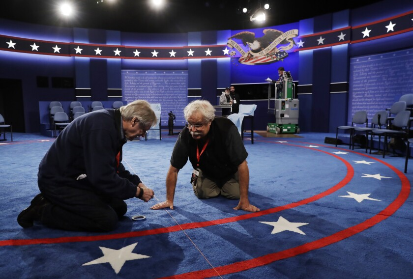Trabajadores preparan el escenario para el segundo debate entre el republicano Donald Trump y la demócrata Hillary Clinton en la Universidad Washington en St. Louis, Missouri, 8 de octubre de 2016. (AP Foto/Patrick Semansky)