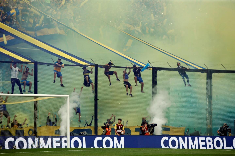 Aficionados de Boca Juniors hoy durante el primer partido de la final de la Copa Libertadores entre Boca Juniors y River Plate, en el estadio la Bombonera de Buenos Aires (Argentina).