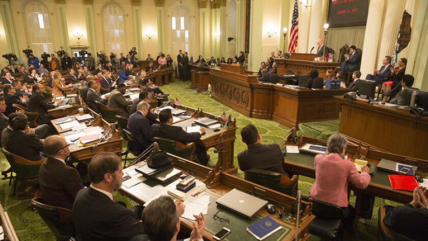 Los legisladores, reunidos en la imagen para el discurso del Estado de California, del gobernador Jerry Brown, pronunciado en enero pasado, pueden aceptar donaciones ilimitadas de sus propios partidos políticos (Brian van der Brug / Los Angeles Times).