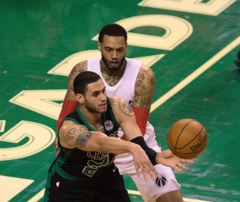 sAbdel Nader (i) de Boston Celtics disputa el balón con Mike Scott (i) de Washington Wizards, durante su juego de la NBA en el TD Garden en Boston, Massachusetts (EE.UU.). EFE
