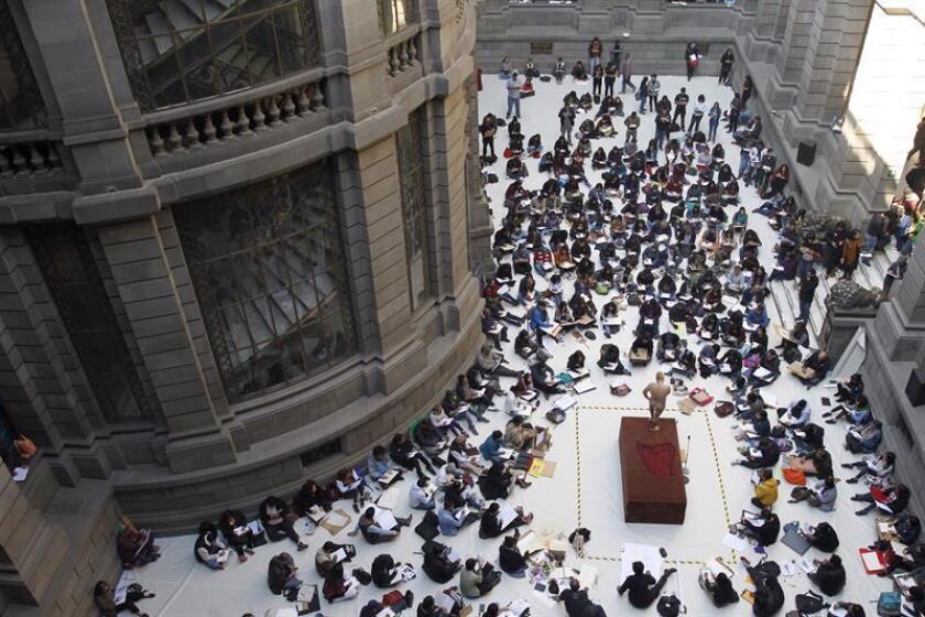 Asistentes participan en una maratón de dibujo hoy, sábado 14 enero de 2018, en el Museo Nacional de Arte, en Ciudad de México (México). EFE