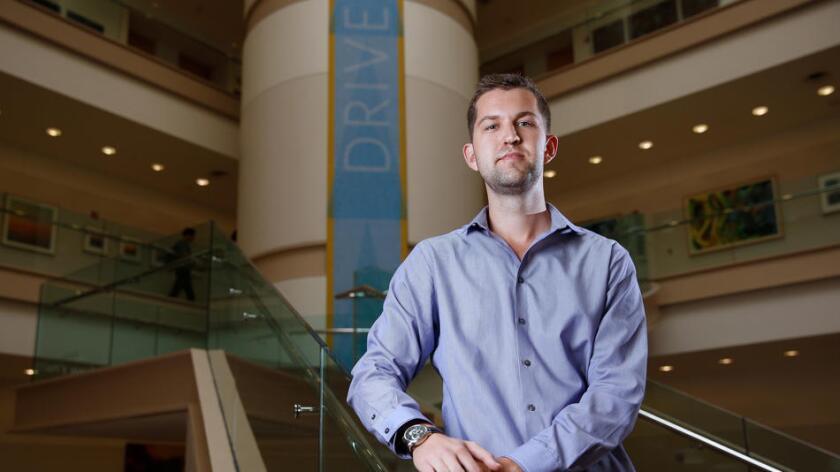 """Matt Schmitt, profesor asistente de UCLA Anderson School of Management, es el coautor de un estudio que halló que los cupones que cubren los copagos de los pacientes impulsan a las compañías farmacéuticas a cobrar """"el precio más alto posible"""" (Gary Coronado / Los Angeles Times)."""