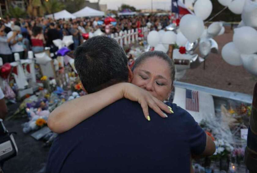 Mariana Cordero abraza a Gilbert Reza durante un acto de homenaje a las víctimas de una matanza en una tienda de El Paso, Texas.