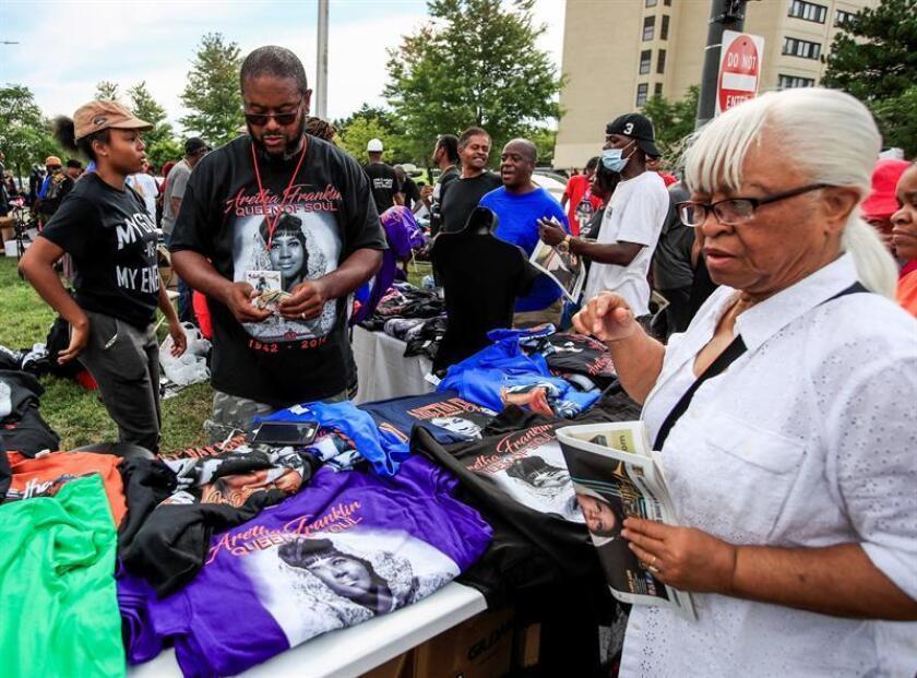 Un hombre vende camisetas de la cantante y actriz fallecida Aretha Franklin cerca del Museo de Historia Afroamericana Charle H. Wright, donde se ha montado la capilla ardiente, en Detroit, en Michigan, Estados Unidos, hoy, 29 de agosto de 2018. EFE