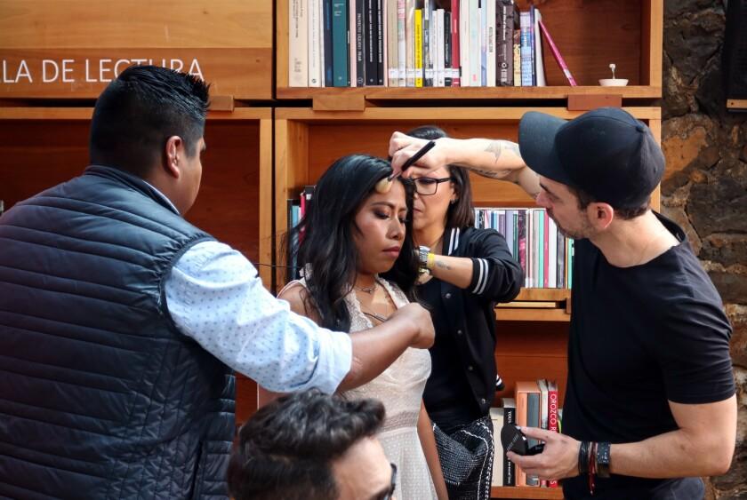 Yalitza Aparicio acudió acompañada de su asistente de vestuario y maquillaje.