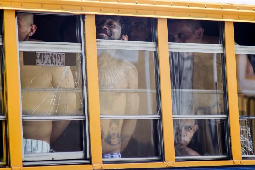 En esta imagen, tomada el 16 de junio de 2016, un grupo de presos sale en autocar del penal de Cojutepeque, en El Salvador. El gobierno cerrará la cárcel, donde cumplen condena más de 1.000 miembros de la mara 18, ante la imposibilidad de evitar las actividades ilegales que tienen lugar en el interior. Los presos están siendo reubicados en cárceles de media seguridad. (AP Foto/Salvador Melendez)