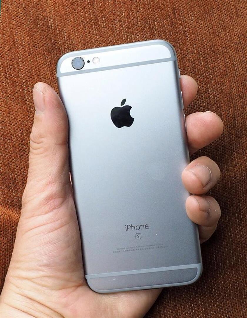 El gigante informático Apple permitirá que los usuarios desactiven la ralentización de sus dispositivos iPhones, según un anuncio hecho hoy por Tim Cook, consejero delegado de la empresa. EFE/ARCHIVO