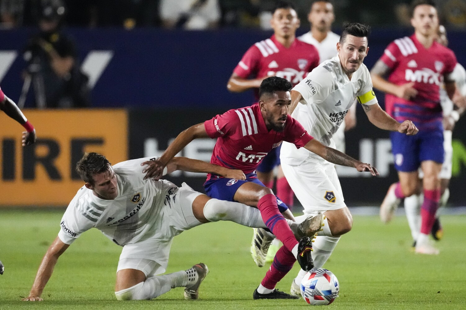 Short-handed Galaxy have enough to beat FC Dallas