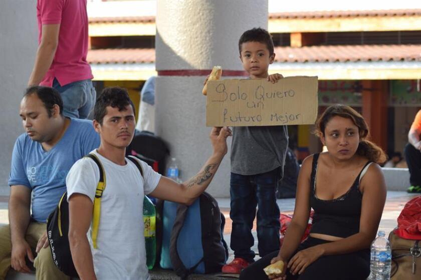 Una pareja de migrantes centroamericanos y su pequeño hijo descansan en la población de Tapachula, en la frontera occidental entre México y Guatemala. EFE/ARCHIVO