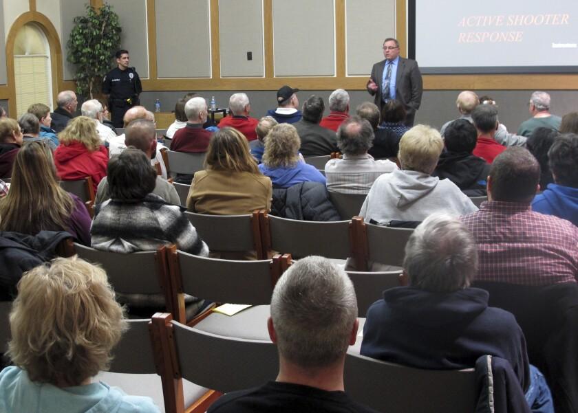En esta imagen, tomada el 28 de enero de 2016, el jefe de la policía de Westerville Joe Morbitzer da la bienvenida a los asistentes a la primera clase sobre como reaccionar y sobrevivir a un tiroteo, en Westerville, Ohio. (Foto AP/Andrew Welsh-Huggins)