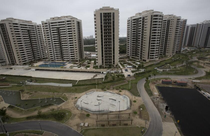 La foto del jueves 23 de junio de 2016 muestra la Villa Olímpica en Río de Janeiro (AP Foto/Silvia Izquierdo)