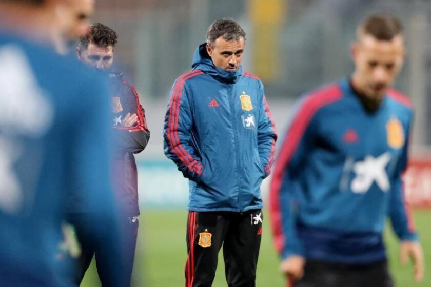 Luis Enrique, entrenador de España, participa en un entrenamiento este lunes en el estadio Nacional en Ta' Qali (Malta). EFE