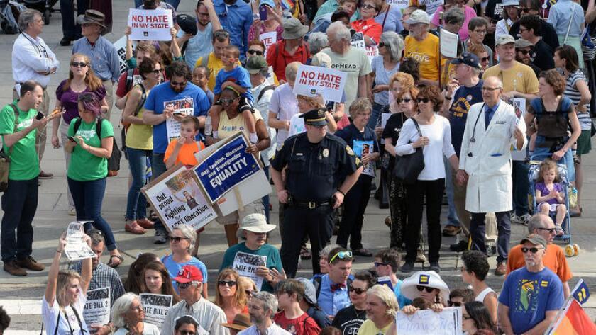 Manifestantes se reúnen para una sentada de protesta contra la ley conocida como 'House Bill 2' en Raleigh, Carolina del Norte, el 25 de abril pasado. (Chuck Liddy/The News & Observer, vía Associated Press).