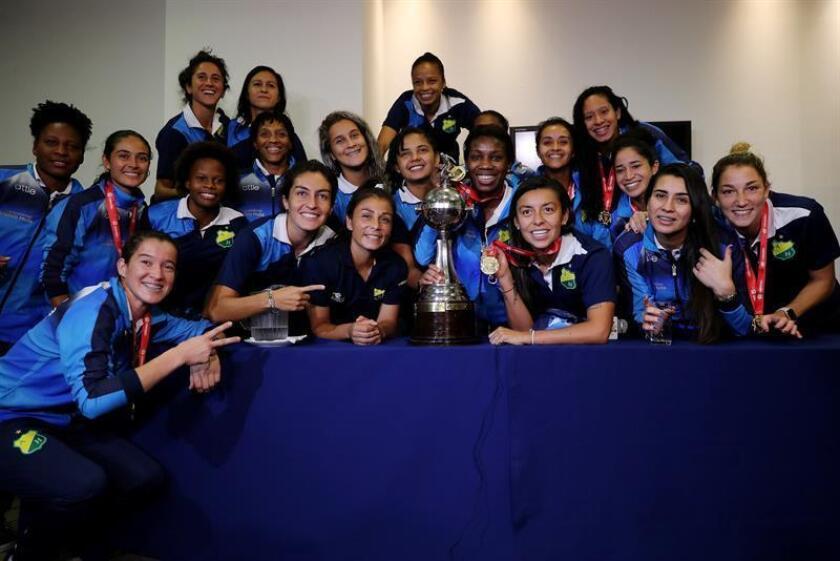 Las futbolistas del Atlético Huila, ganadoras de la Copa Libertadores, posan en una rueda de prensa hoy, en Bogotá (Colombia). EFE