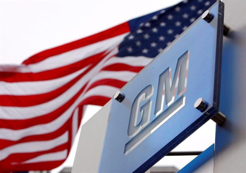 Foto de archivo del logo de la compañía General Motors situado a las puertas de la sede de la compañía en Detroit, Michigan (Estados Unidos). EFE/Archivo