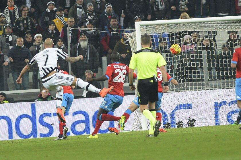 Juventus' Simone Zaza scores the winning goal  during a Serie A soccer match between Juventus and Napoli at the Juventus stadium, in Turin, Italy, Saturday, Feb. 13, 2016. (AP Photo/Massimo Pinca)