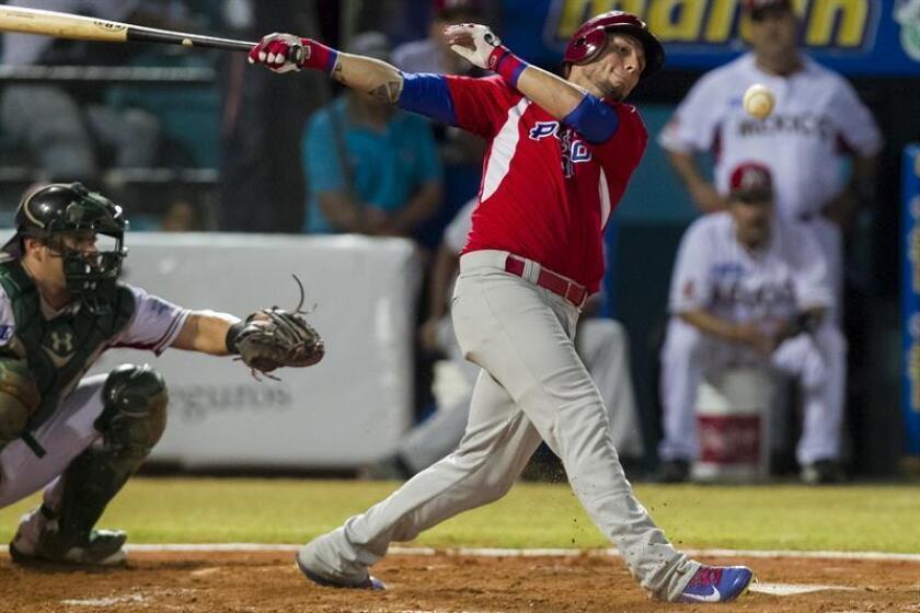 El lanzador de Indios de Mayagüez de Puerto Rico, Randy Ruiz, batea la pelota ante los Naranjeros de Hermosillo de México. EFE/Archivo