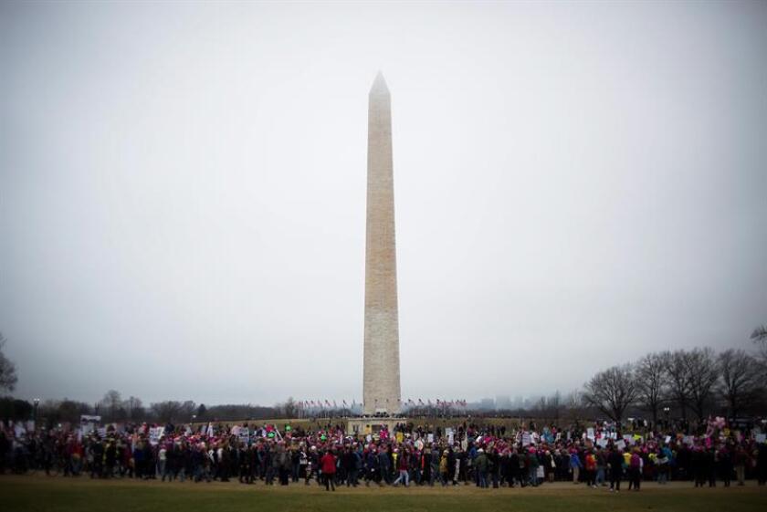 En la cabeza un gorro rosa con forma de gatito, en la mano una pancarta progresista y en la boca un grito contra Donald Trump. Centenares de miles de mujeres -y muchos hombres también- marchan hoy en Washington para defender los derechos que ven amenazados por el nuevo presidente. EFE