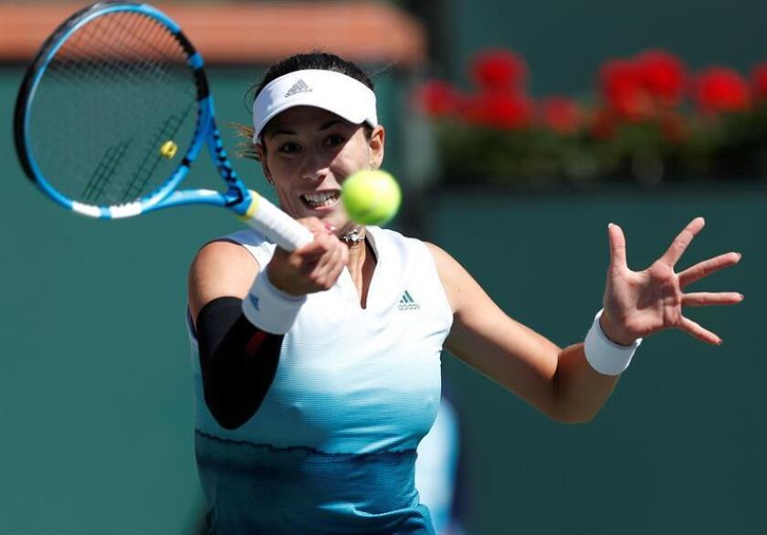 La tenista española Garbine Muguruza se enfrenta a la estadounidense Lauren Davis durante un partido en Indian Wells, este viernes. EFE