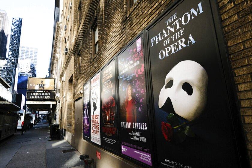 Anuncios de Broadway afuera del Teatro Richard Rodgers durante los cierres por la pandemia de COVID-19 en Nueva York.
