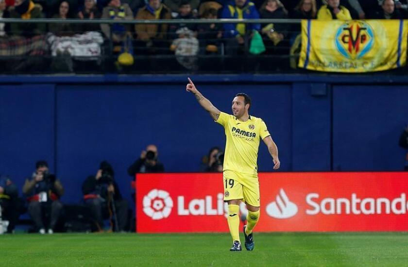 El centrocampista del Villarreal Santi Cazorla celebra el primer gol de su equipo ante el Real Madrid en partido de liga que se disputa esta noche en el estadio de la Cerámica. EFE