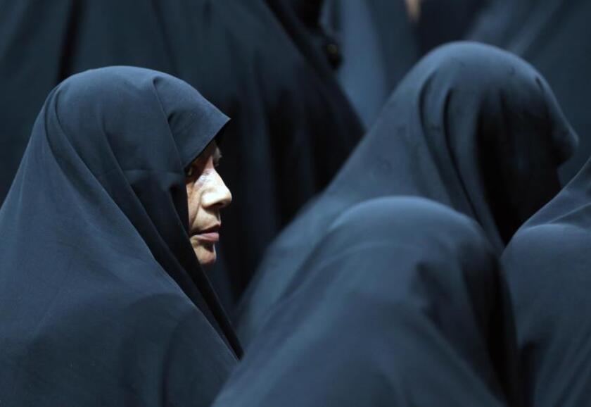 Mujeres iraníes se congregan en una ceremonia para apoyar el uso del hijab (código indumentario islámico), en el Shiroudi Stadium de Teherán. EFE/ABEDIN TAHERKENAREH/Archivo
