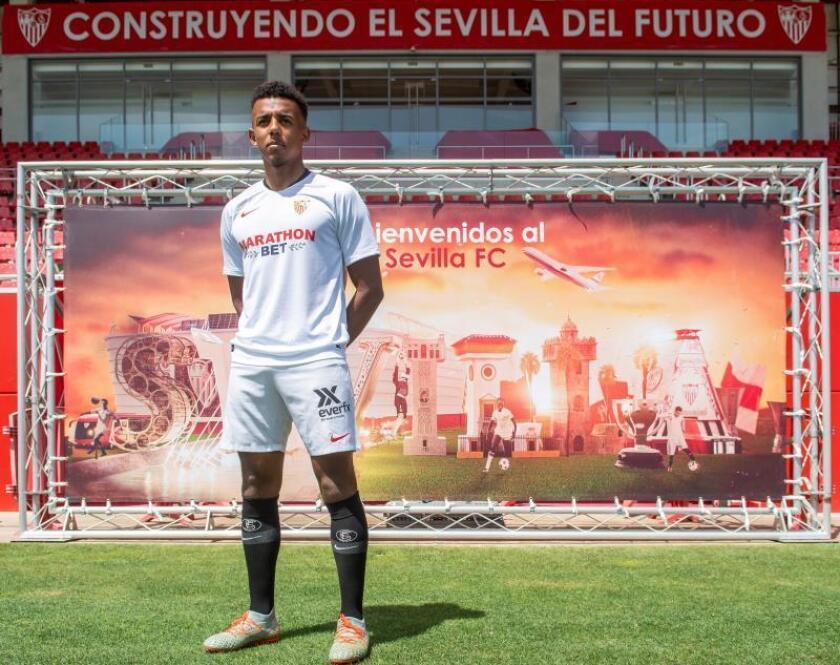 El futbolista Jules Koundé durante su presentación oficial como nuevo jugador del Sevilla FC, celebrada hoy en la ciudad deportiva del equipo. EFE/ Raúl Caro