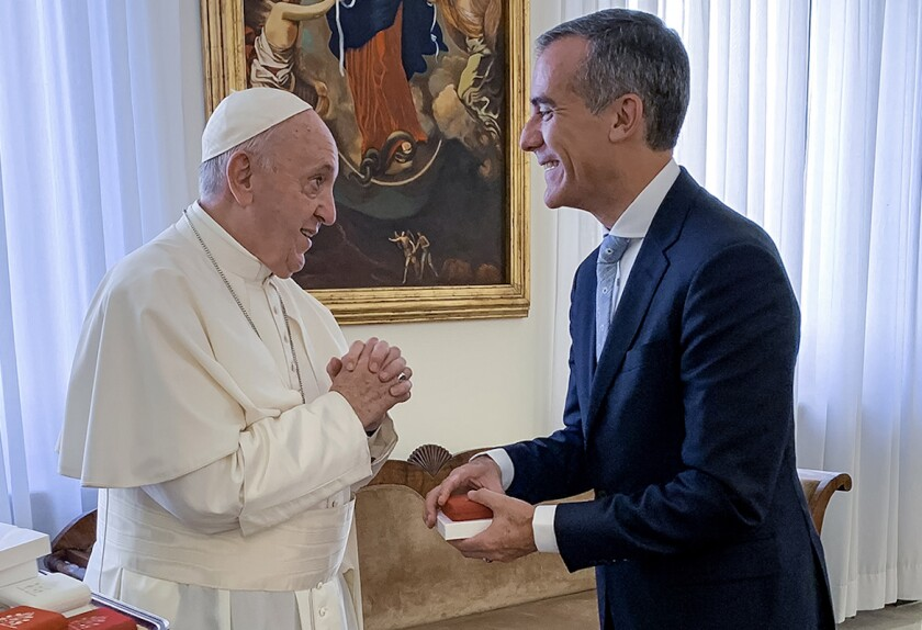 El Papa Francisco (i) recibió en el Vaticano al alcalde de Los Ángeles, Eric Garcetti.