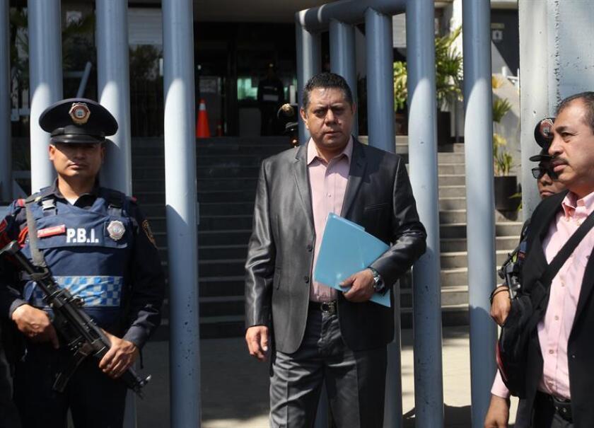 Arturo Flores Contreras, líder del Movimiento Petroleros Activos en Evolución por un México Nuevo, asiste este miércoles a las instalaciones de la Fiscalía General de la República (FGR), en Ciudad de México (México). EFE