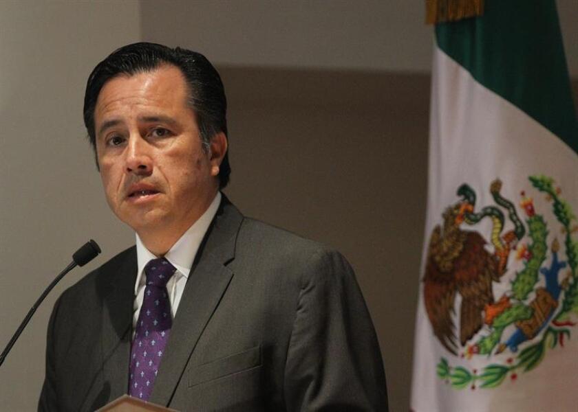 El gobernador de Veracruz, Cuitláhuac García Jiménez, habla durante una reunión con familiares de jóvenes desaparecidos en Tierra Blanca, este lunes en Ciudad de México (México). EFE