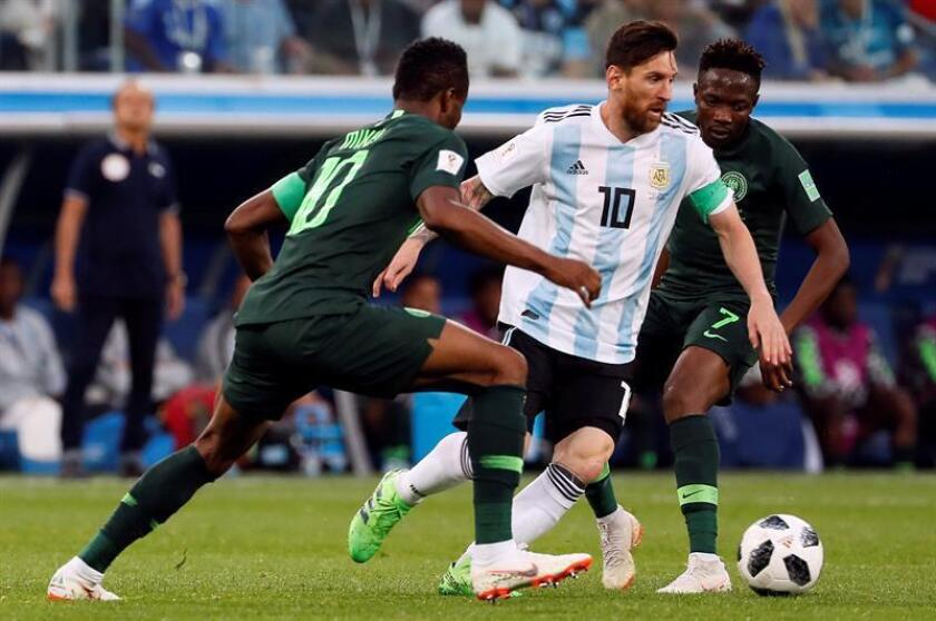 El argentino Lionel Messi (c) disputa un balón con el nigeriano John Obi Mikel (i), durante un partido en el pasado Mundial de Rusia. EFE/Archivo