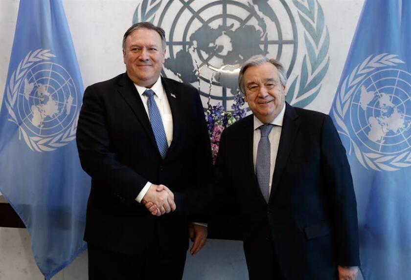 El secretario de Estado de EE.UU., Mike Pompeo (izq), es recibido este jueves por el secretario general de Naciones Unidas, António Guterres (dcha), a su llegada a la sede del organismo, en Nueva York (EE.UU.). EFE