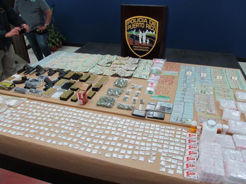 Detalle de algunas de las armas, dinero y drogas incautadas por la Policía de Puerto rico. EFE/Archivo