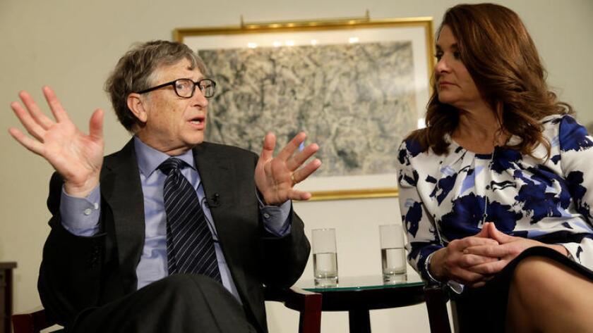 Bill y Melinda Gates hablan con los reporteros acerca de su fundación, el 22 de febrero pasado, en Nueva York. Ambos son copresidentes de la fundación privada más grande del mundo (Seth Wenig/Associated Press).