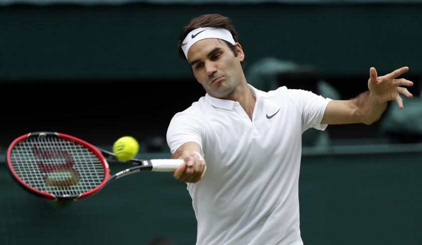 En esta foto del 8 de julio de 2016, el tenista suizo Roger Federer devuelve un tiro ante Milos Raonic en las semifinales de Wimbledon, en Londres.