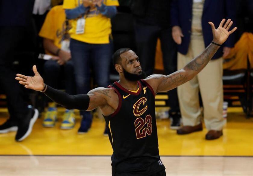 LeBron James de Cleveland Cavaliers reacciona durante el primer partido de la final de la NBA entre Golden State Warriors y Cleveland Cavaliers, en Oakland, California (Estados Unidos) hoy. EFE