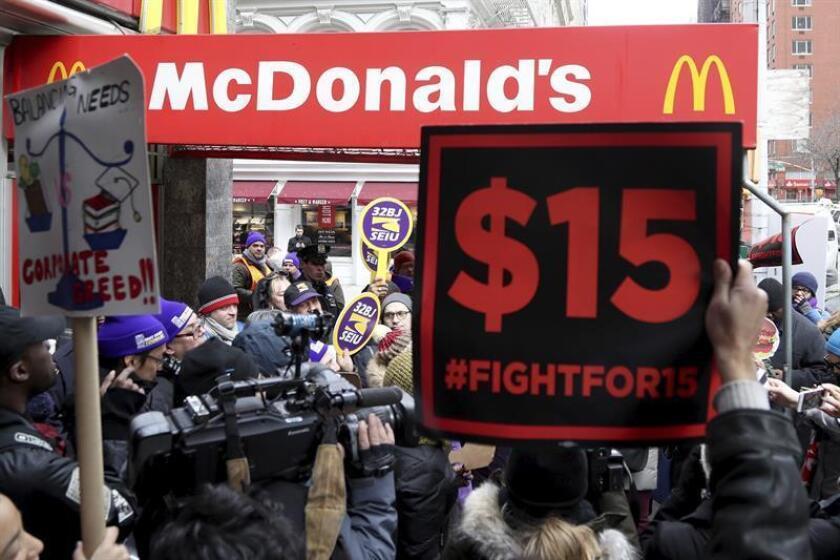 La corporación McDonald's rompió su promesa hecha en abril de 2015 de pagar a los 90.000 trabajadores en sus restaurantes corporativos un dólar por hora por encima del salario mínimo local, denunció hoy el grupo Lucha por $15. EFE/Archivo