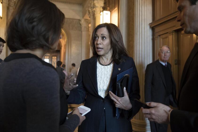 La senadora demócrata de California, Kamala Harris (c), habla afuera de la cámara del Senado con un miembro de los medios, en diciembre pasado.